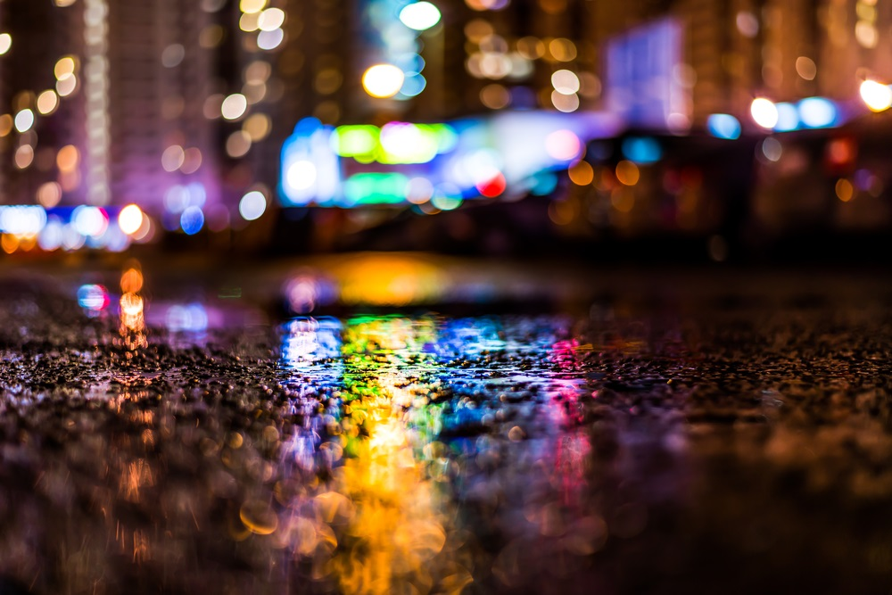 Vis urban cu ploaie: umbre, culori, reflexii