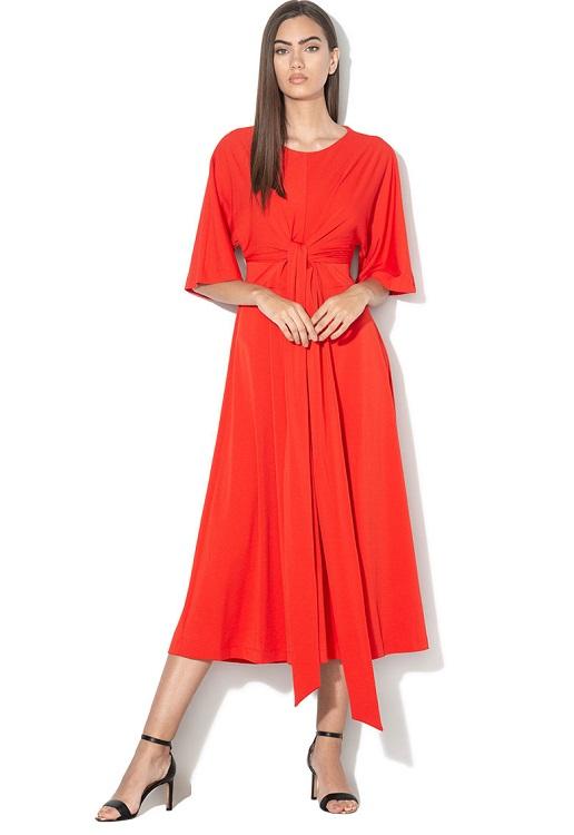 Lady in red: Rochie rosie cu decupaj pe spate