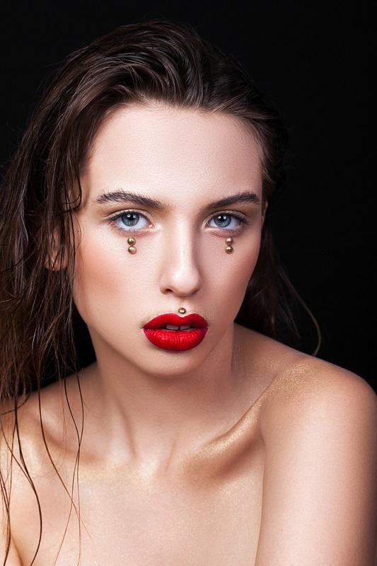 Machiaj simplu, look nude si buze rosii, cu aplicatii de efect, tip lacrima