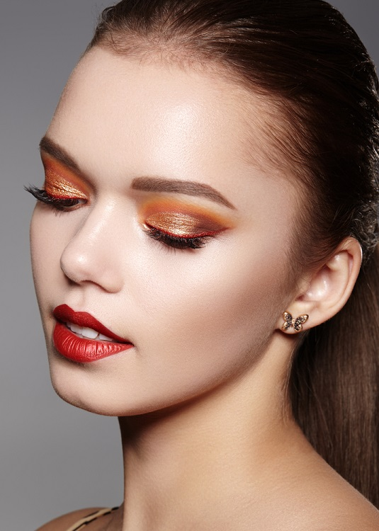 Machiaj glitter auriu si maro-portocaliu neutru combinat cu tus rosu