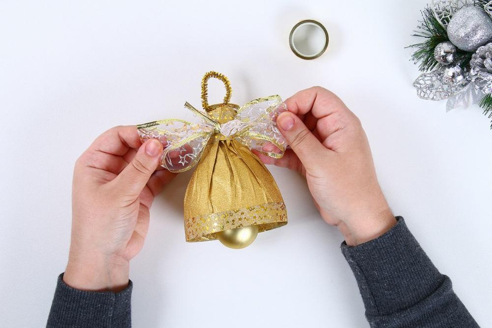 Clopoțelul de Aur confecționat dintr-o sticlă, un globuleț de brad și hârtie decorativă aurie
