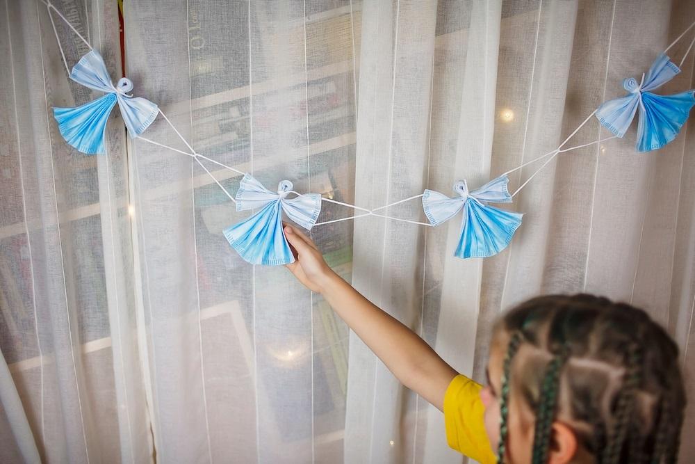 Ghirlandă de îngerași DIY confecționați din măști medicale de unică folosință