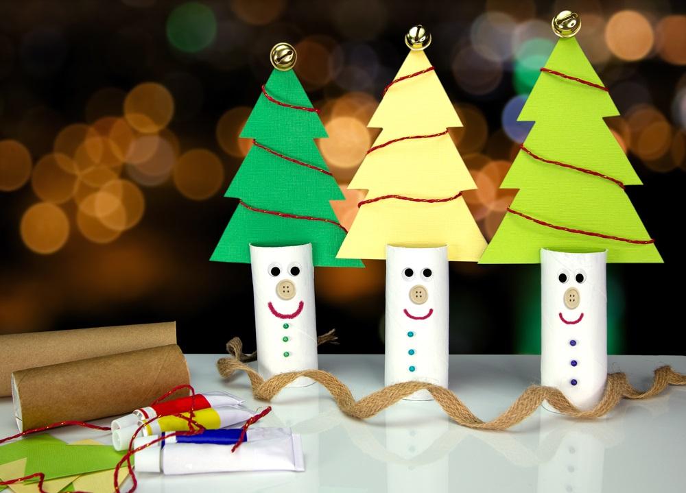 Brăduți zâmbăreți și haioși realizați din tuburi de hârtie igienică reciclată și carton decupat