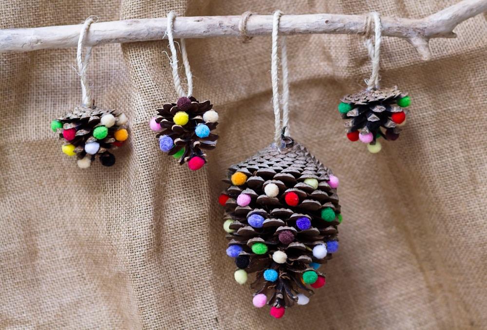 Draperia cu ornamente suspendate (conuri minunate decorate cu biluțe multicolore)