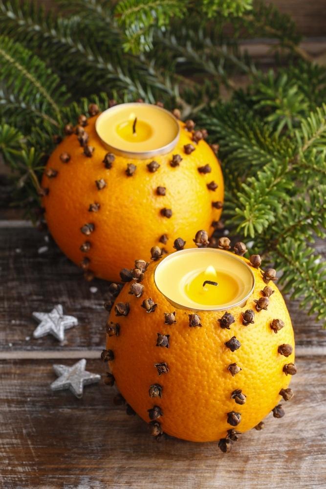 Suport de lumânări din portocale decorate cu cuișoare