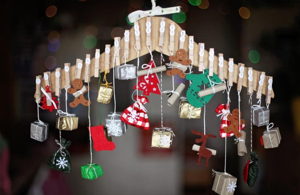 Calendar advent homemade, cu mici surprize suspendate și prinse cu clește de rufe