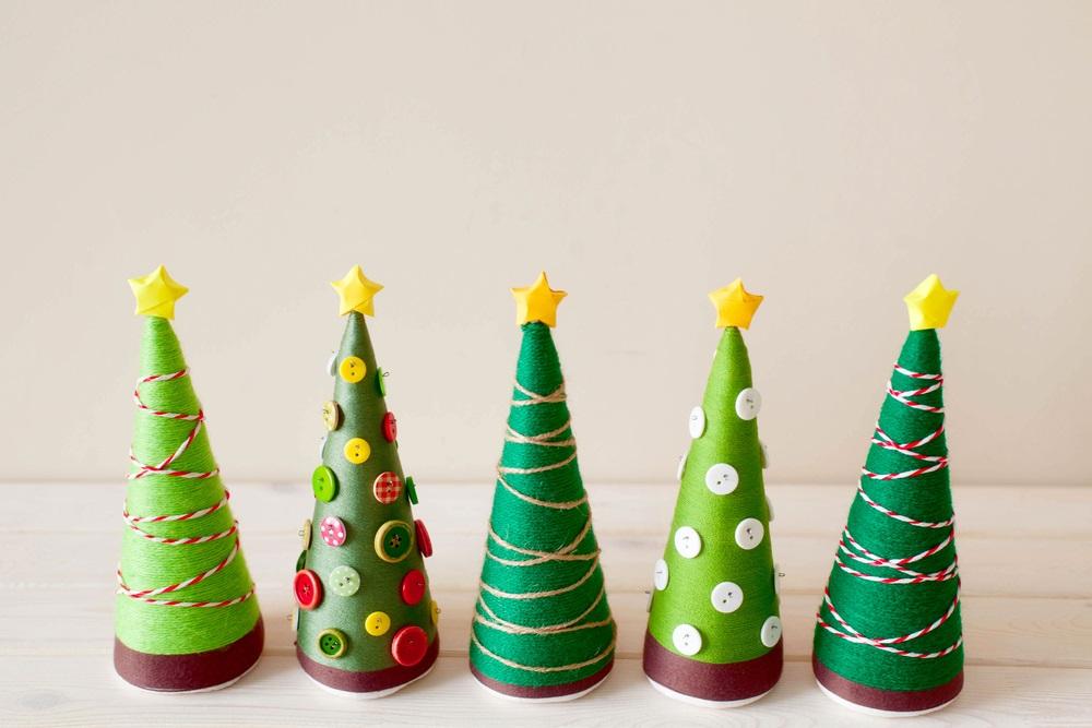 Brăduți conici de Crăciun, realizați din carton și decorați cu ață colorată, sfoară și nasturi