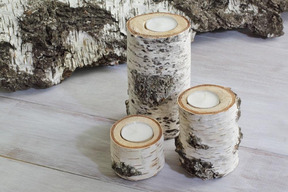 Suporturi de lumânări realizate din trunchiul unui copac de mesteacăn