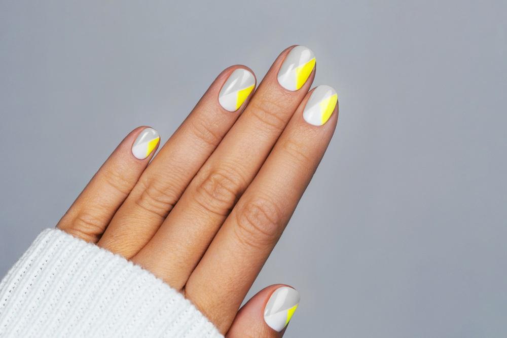 Gri și galben pe unghii - culorile oficiale ale anului 2021