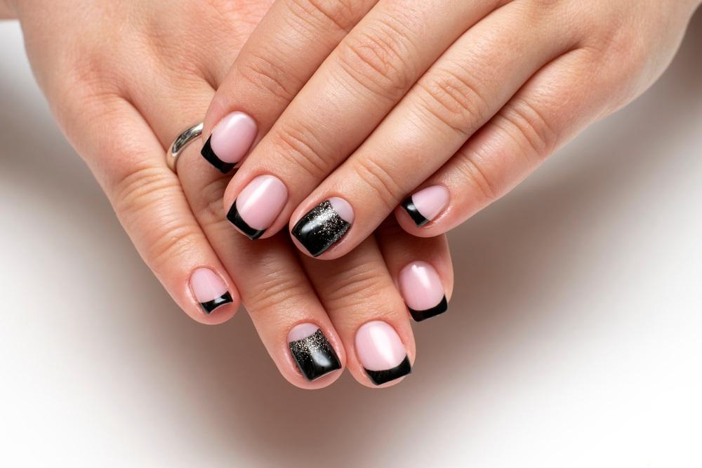 Manichiură french neagră, cu accente strălucitoare de glitter