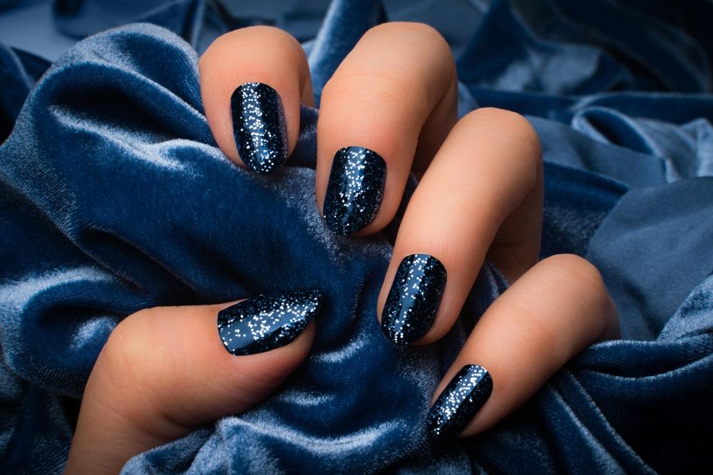 Albastru profund, de noapte, cu străluciri de glitter
