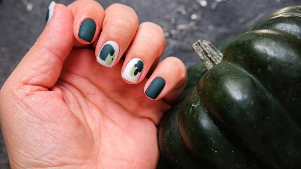 Pete abstracte pe unghii