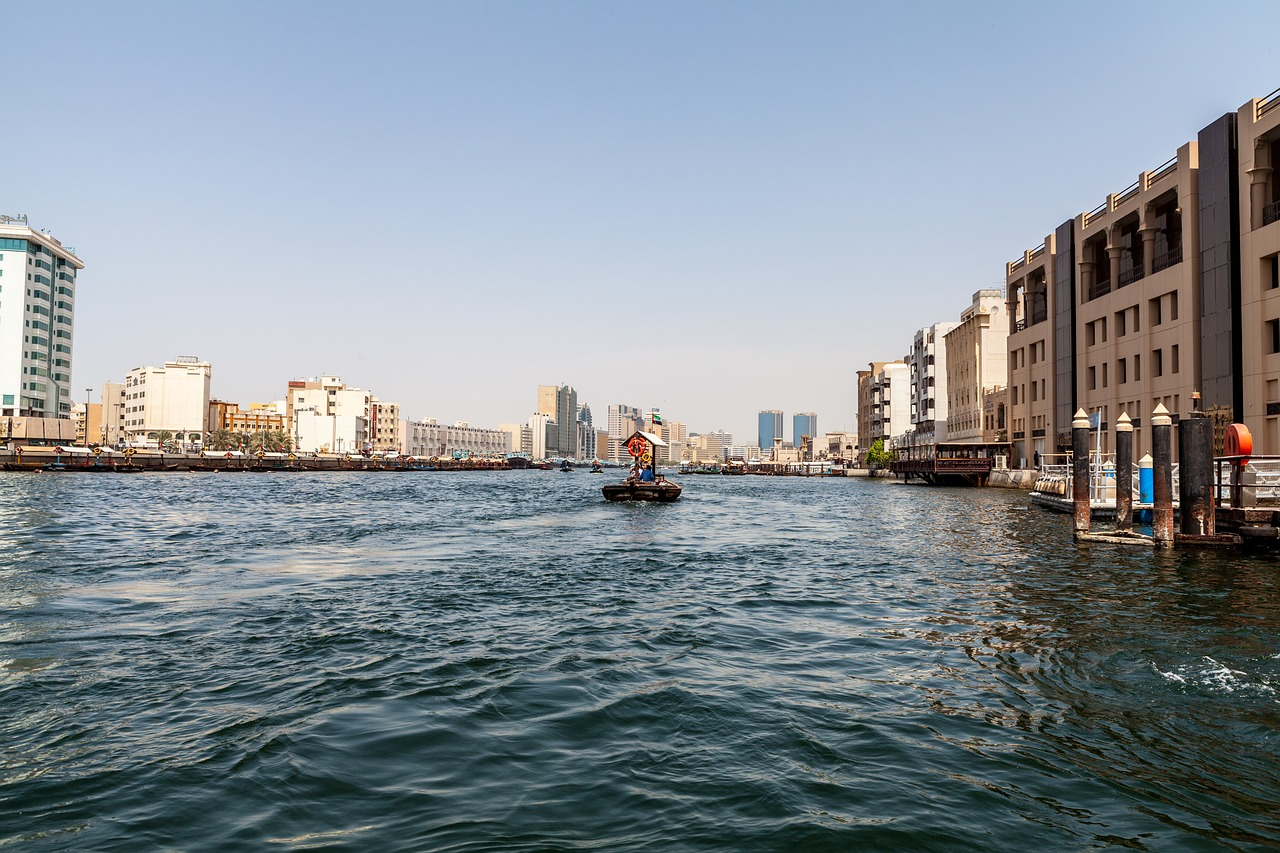 Dubai Creek și plimbarea cu Abra – barca tradițională