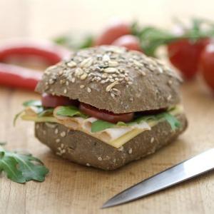 Sandwich cu cascaval, sunca si rosii
