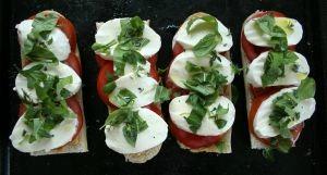 Sandwich cu mozzarella, rosii si busuioc