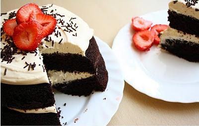 Tort de ciocolata cu mascarpone si capsuni