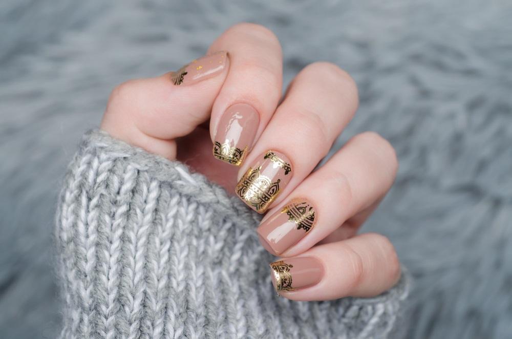 Manichiura nude cu auriu