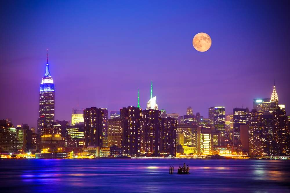 New York-ul arata magic cand pe cerul noptii si printre zgarie-nori se arata si luna plina