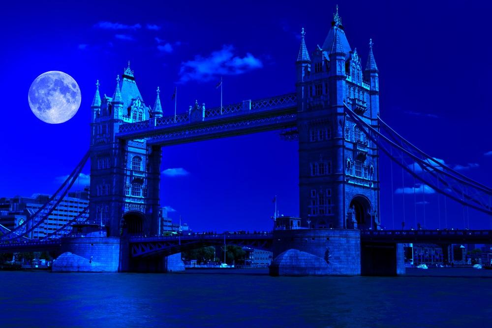 Imagine nocturna din Londra cu o minunata luna plina si Tower Bridge