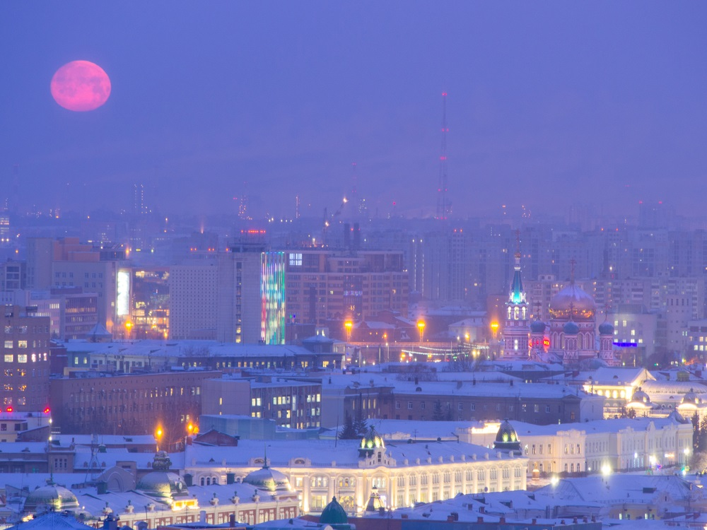 Orasul Omsk, din Rusia, este insufletit de lumina unei luni pline si rosii
