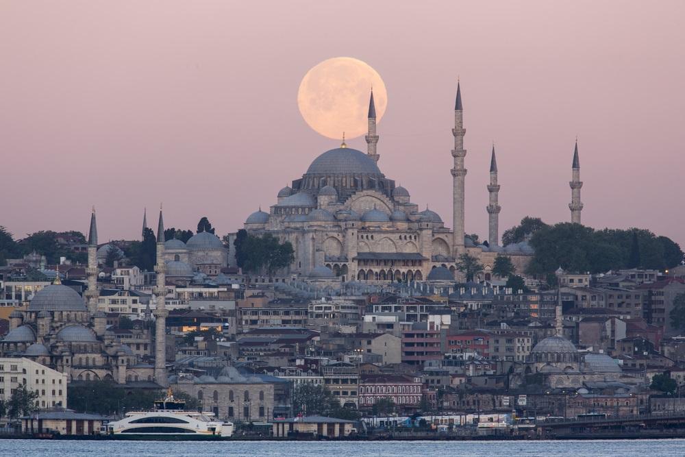 Moscheea Suleymaniye este superba oricum, dar sa surprinzi si o gigantica luna plina chiar deasupra ei, aproape ca ai obtinut fotografia perfecta!