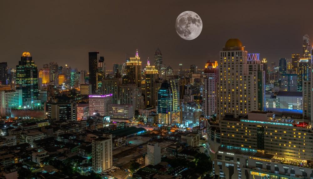 Super luna plina pe cerul orasului Bangkok din Thailanda