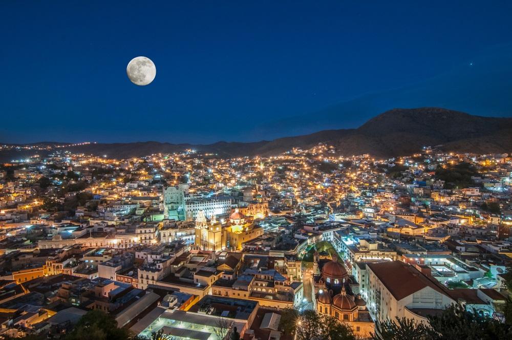 Luna plina completeaza cu a ei lumina luminile orasului Guanajuato (Mexic)