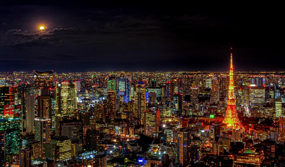 Vedere panoramica asupra orasului Tokyo (Japonia) intr-o noapte cu luna plina