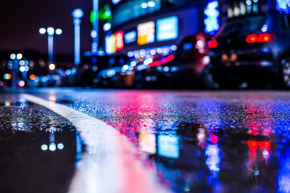 Noapte ploioasa intr-un oras ce pare ca nu doarme niciodata