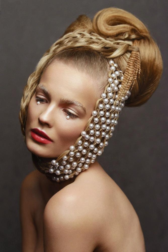 Plasa de mini perle in par - accesoriul suprem in coafurile excentrice, inspirate insa din tendintele trecute
