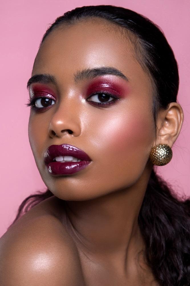 Fardurile umede în nuanțe roșiatice sau vișinii sunt perfecte pentru a pune în evidență ochii negri și închiși la culoare