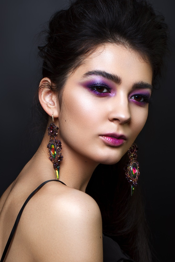 Machiaj în tonuri intense de violet pentru ochi căprui si închiși la culoare