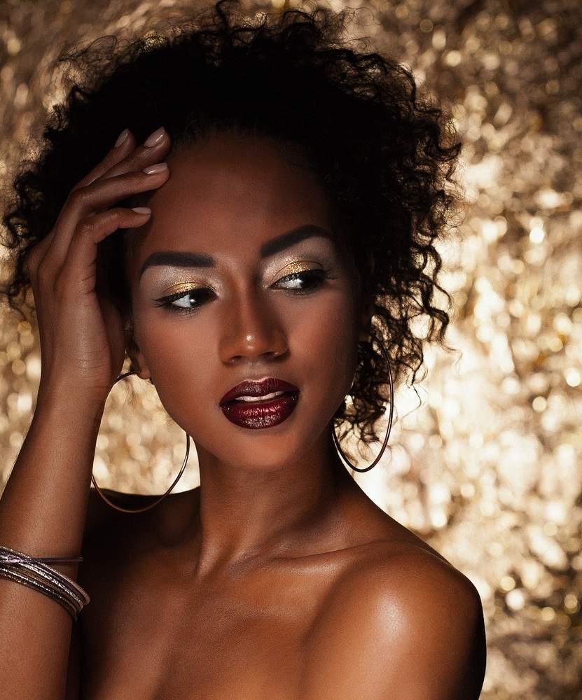 Dacă aveți ochii negri sau căprui închis, pentru un machiaj de seară sau glamorous, puteți combina cu încredere farduri aurii și argintii. Efectul este WOW!